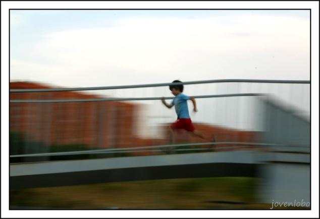 Niño-corriendo-panning-movimiento