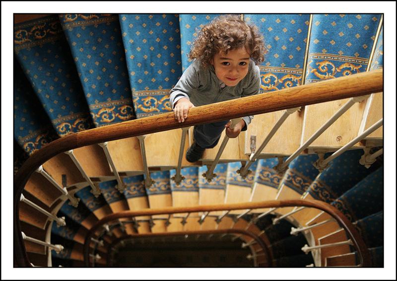 niña-niño-feliz-escaleras